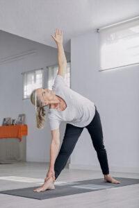 Persona mayor practicando yoga